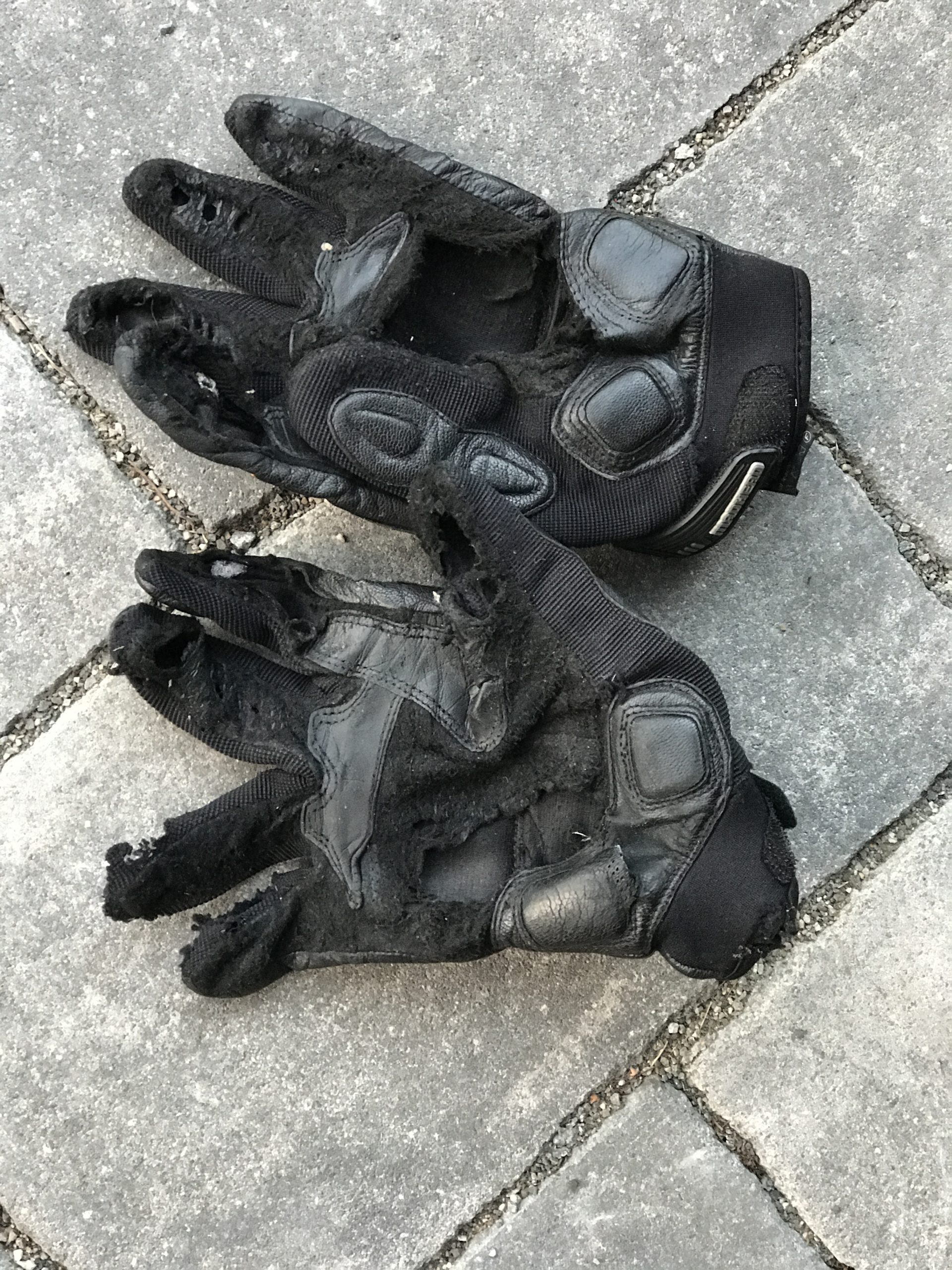 Kaputter zerfetzter Handschuh